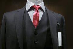 Vestito a strisce grigio scuro con un'etichetta in bianco Fotografia Stock