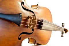 Primo piano di un violino antico ad un fondo bianco fotografia stock