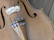 Primo piano di un violino, uno strumento di legno della corda fotografia stock