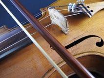 Primo piano di un violino, di uno strumento di legno della corda e di un arco fotografia stock libera da diritti