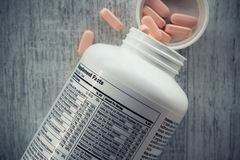 Primo piano di una bottiglia delle vitamine fotografie stock libere da diritti