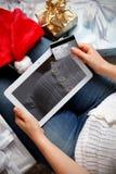 Primo piano di una compressa e di una carta di credito Fotografia Stock