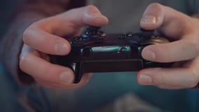 Primo piano di una console del gioco nelle mani di un gamer archivi video