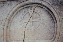 Primo piano di una croce di Malta di marmo di sollievo su una parete di pietra di una chiesa siciliana antica immagine stock libera da diritti