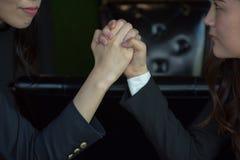 Primo piano di una donna di affari Competing In Arm di due asiatici che lotta fotografia stock libera da diritti