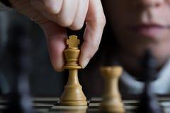 Primo piano di una donna che gioca scacchi fotografia stock libera da diritti