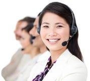 Primo piano di una donna di affari asiatica con il ricevitore telefonico Immagine Stock