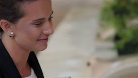 Primo piano di una donna di affari sorridente stock footage