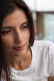 Primo piano di una donna graziosa di smiley fotografia stock