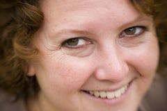 Primo piano di una donna sorridente Fotografie Stock Libere da Diritti