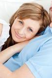 Primo piano di una donna sorridente che abbraccia il suo ragazzo Fotografia Stock