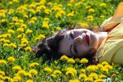 Primo piano di una donna su erba Fotografie Stock Libere da Diritti
