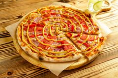 Primo piano di una fetta di consegna dell'alimento della pizza immagine stock