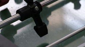 Primo piano di una figura di calcio-balilla Gioco da tavolo dei gruppi neri e rossi Tavola invecchiata classica di calcio-balilla stock footage
