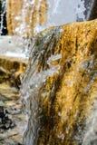 Primo piano di una fontana del blocchetto del granito un giorno soleggiato Fotografia Stock Libera da Diritti