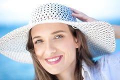 Primo piano di una giovane donna che sorride alla spiaggia Fotografia Stock