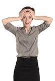 Primo piano di una giovane donna che tiene la sua testa su fondo bianco Fotografia Stock Libera da Diritti