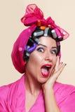 Primo piano di una giovane donna con lo smorfia di sorpresa Fotografie Stock