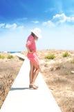 Primo piano di una giovane donna con luce solare degli occhiali da sole Immagine Stock
