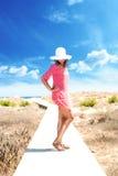 Primo piano di una giovane donna con luce solare degli occhiali da sole Immagini Stock Libere da Diritti
