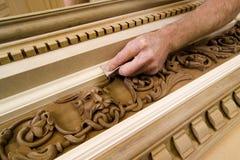 Primo piano di una lavorazione del legno d'insabbiamento della mano del ` s dell'uomo Fotografia Stock