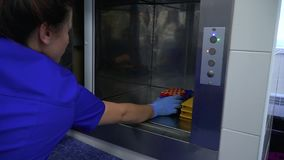 Primo piano di una macchina moderna per centrifugazione ed analisi delle urine del sangue Laboratori dell'ospedale, biochimico au archivi video