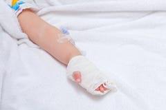 Primo piano di una mano paziente con l'infusione eliminabile Fotografie Stock