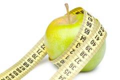 Primo piano di una mela verde con nastro adesivo di misurazione Immagine Stock