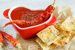 Primo piano di una minestra piccante del pomodoro con i chip fotografie stock