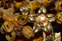 Primo piano di una moneta di oro con i segni e le stelle fotografie stock libere da diritti