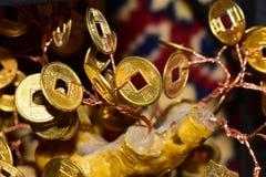 Primo piano di una moneta di oro Feng Shui fotografia stock