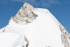 Primo piano di una montagna nevosa Fotografia Stock