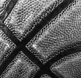 Primo piano di una pallacanestro in bianco e nero fotografia stock