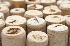 Primo piano di una parete dei sugheri usati del vino. Una selezione casuale dell'usato di Fotografia Stock Libera da Diritti