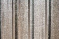 Primo piano di una parte grigia della lamina di metallo di un tetto alumin ondulato Fotografia Stock