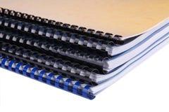 Primo piano di una pila di taccuini a spirale/rapporti Fotografia Stock Libera da Diritti