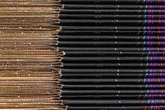 Primo piano di una pila di scatole di cartone variopinte fotografia stock
