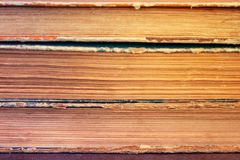 Primo piano di una pila di vecchi libri d'annata Biblioteca invecchiata, retro, a fotografia stock