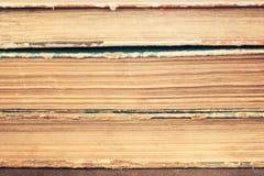 Primo piano di una pila di vecchi libri d'annata Biblioteca invecchiata, retro, a Fotografie Stock