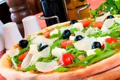 Primo piano di una pizza con il prosciutto Immagine Stock Libera da Diritti