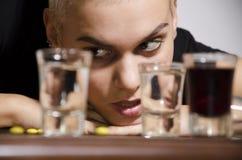 Primo piano di una ragazza che desidera per l'alcool fotografia stock