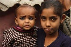 Primo piano di una ragazza indiana povera con il bambino Fotografia Stock Libera da Diritti