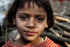 Primo piano di una ragazza povera dai bassifondi urbani a Nuova Delhi Fotografia Stock Libera da Diritti