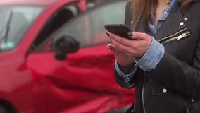 Primo piano di una ragazza in un incidente stradale che tiene un telefono e che chiede l'aiuto video d archivio