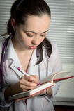 Primo piano di una scrittura femminile di medico Fotografia Stock Libera da Diritti