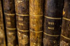 Primo piano di una serie di molto vecchi libri fotografia stock libera da diritti