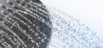 Primo piano di una testa e delle gocce di acqua di doccia Immagine Stock