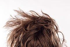 Primo piano di una testata del letto di mattina con i capelli sudici naturali da dietro del giovane nel suo 20s, isolato su bianc immagini stock