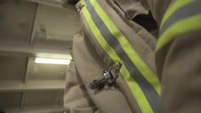 Primo piano di Uniform del pompiere stock footage