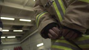 Primo piano di Uniform del pompiere video d archivio